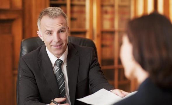 predstavitel poterpevshego advokat