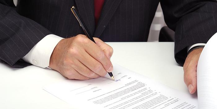 Какие возможны риски, если сотрудник подписал договор за директора?