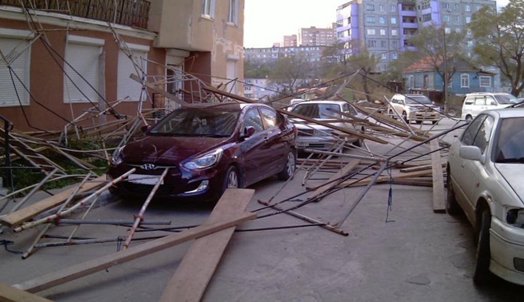 Падение строительных лесов на авто