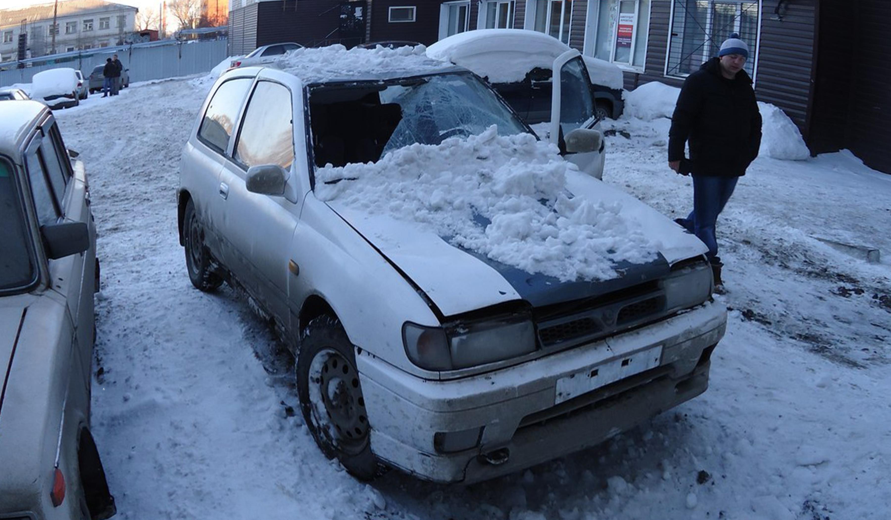 Снег упал на машину